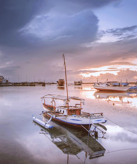 foto perahu landscape difoto menggunakan kamera standar