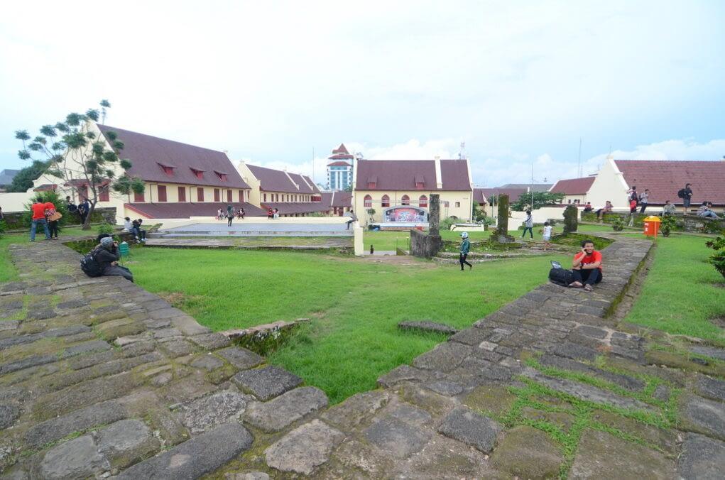 pemandangan benteng rotterdam makassar