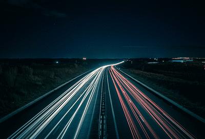 foto light trail lampu mobil di jalanan keren long exposure
